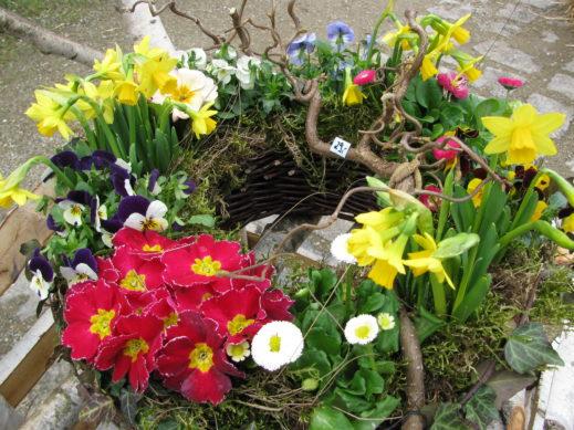 Korb mit Frühlingsblühern (Oster- und Frühlingsdeko)
