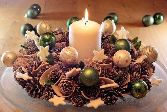 Adventsausstellung, Gestecke, Kugeln, Kerze, Licht